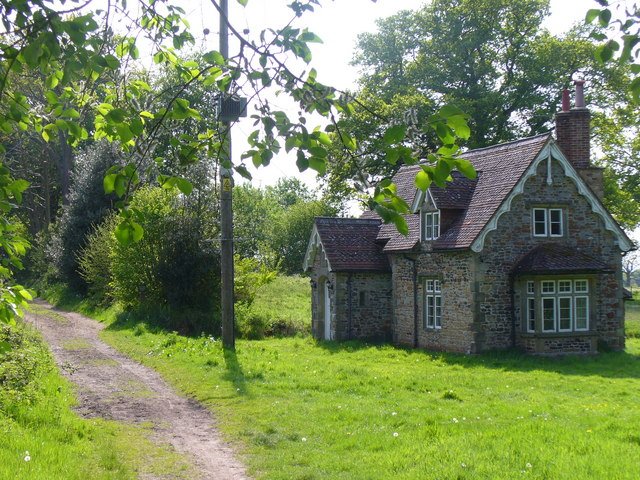 Country_Living_-_geograph.org.uk_-_1298278